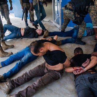 Polisen vaktar bakbundna misstänkta i mordet på presidenten Jovenel Moise i Port-au-Prince.