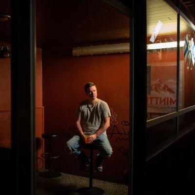Sami Kieksi istuu tupakkakopissa.