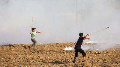 Palestinier kastar sten i Gazas gränsområde 21.8.2021