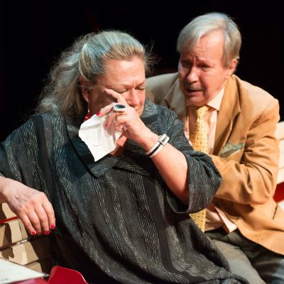 Skådespelaren Marja-Leena Kouki, som spelar Julia gråter medan Romeo spelad av Erkki Saarela försöker trösta.