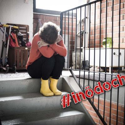 Kvinna i trappa med #inödochlust-stämpel