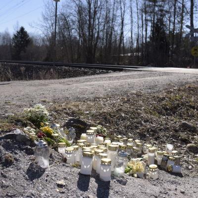 Ljus och blommor hedrar minnet av dödsoffren i fredagens olycka.