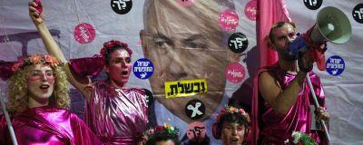 Firande demonstranter utanför Netanyahus resident i Jerusalem på lördag kväll.