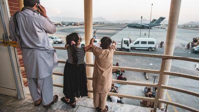 Barn på flygplatsen i Kabul 23.8.2021