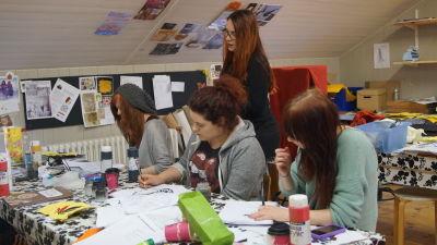 Handledare Mia Walberg hjälper studerandena med illustrationer