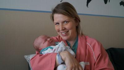 En av de sista Jakobstadsfödda bebisarna i mamma Terese Granviks famn.