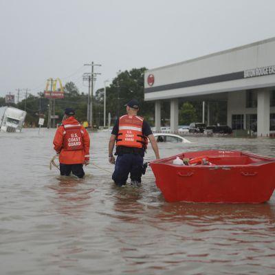 Louisianan Baton Rougessa etsitään tulvien saartamia asukkaita 14.8. 2016.