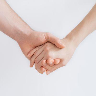 Käsi kädessä.