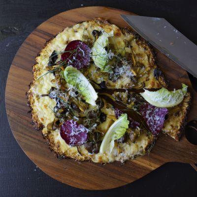 Blomkålspizza på ett skärbräde