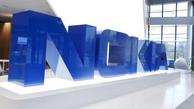 Nokias klarblå logotyp i en tredimensionell installation inne på företagets huvudkontor i Esbo i Finland.