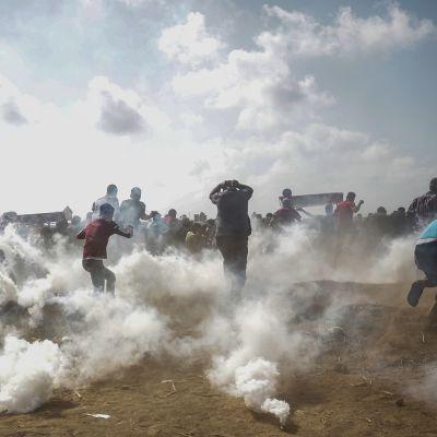 Tusentals unga palestinier samlades vid gränsen mellan Israel och Gaza trots att Israel hade varnat dem för att närma sig gränsstängslet igen