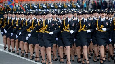 Soldaterna i den vitryska militärparaden höll inga säkerhetsavstånd till varandra.