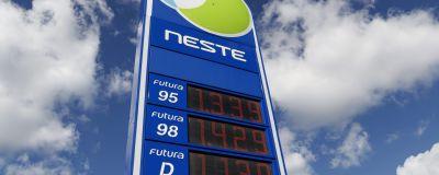 Nestes bensinstolpe med olika bensinpriser.