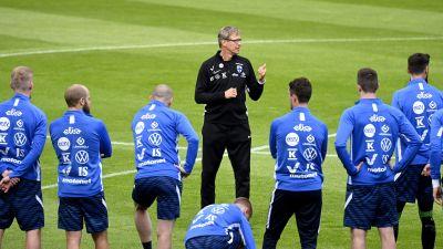 Landslagsspelarna lyssnar på då förbundskapten Markku Kanerva ger dem direktiv.