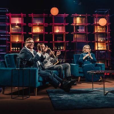 Elämäni Biisi ohjelman vieraat istumassa sohvilla, seuraamassa esitystä.