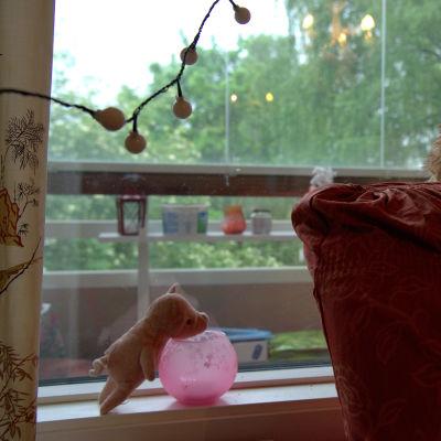 Pehmolelupossu ikkunalaudalla ja pehmolelukoira nojatuolin selkänojalla.
