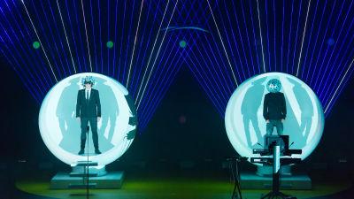 Pet Shop Boys lavalla isoissa kuplissa. Kuva konserttitaltiosta Inner Sanctum.
