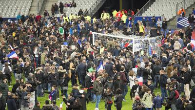 En folksamling på fotbollsplanen.