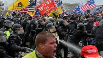 Trumsumpportrar konfronterar polisen i samband med den våldsamma attacken mot Capitolium den 6 januari 2021.