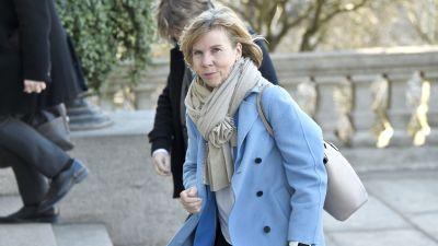 Anna-Maja Henriksson i blå kappa utanför Ständerhuset.