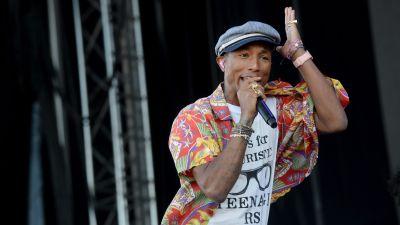 Pharrell Williams uppträder på Ruisrock 2015.