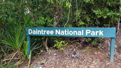"En skylt med texten ""Daintree National Park"" i Queensland, Australien."