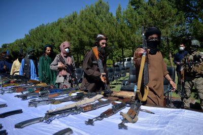 Talibaner lämnar ifrån sig vapen i Herat 24.6.2021