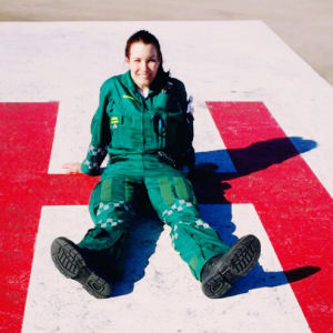 Ensihoitolääkäri Maria Kaista Meilahden sairaalan katolla.