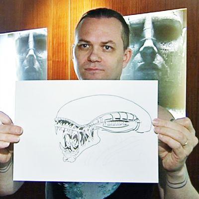 Petri Hiltunen pitelee piirrosta.