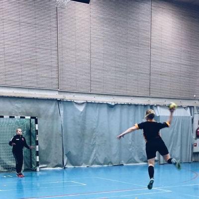 Bloggerskan Silja Penttinen testade handboll inom ramen för #suomi100laija