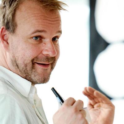 Ohjaaja, käsikirjoittaja Juha Lehtola työssä