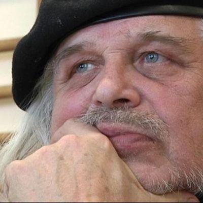 Kirjailija Heikki Turunen miettii