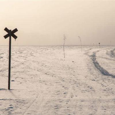 Moottorikelkkaura heikoilla jäillä Rovaniemellä