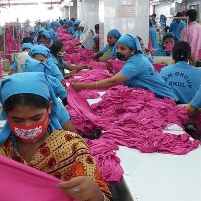 Ompelijoita Bangladeshilaisella tehtaalla.