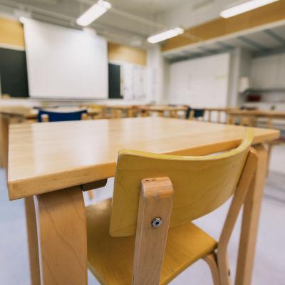 Tyhjä luokkahuone.