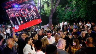 Upprörda anhängare till Netanyahu samlades i Tel Aviv för att protestera mot den tilltänkta regeringskoalitionen.