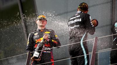 Lewis Hamilton sprutar champagne på Max Verstappen.