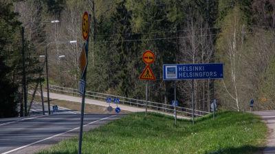 Helsingfors-skylt invid väg vid gränsen mellan Sibbo och Östersundom.