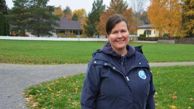Verksamhetsledare för Håll skärgården ren r.f. Aija Kaski ute i en park.