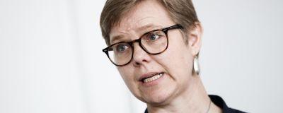 En närbild på Krista Mikkonen med glasögon och stora silverörhängen.