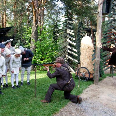 Valtteri eli Pertti Koivula ampuu lampaan.