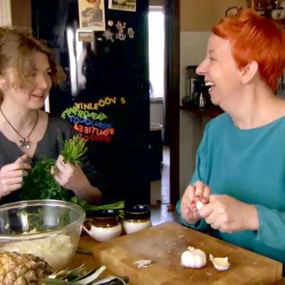 Jenni ja Polina valmistavat lihavartaita