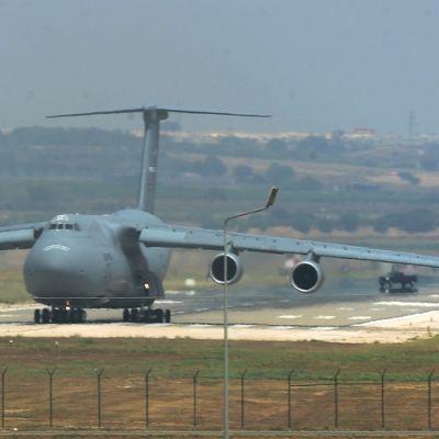 Kuljetuskone laskeutumassa lentokentälle.