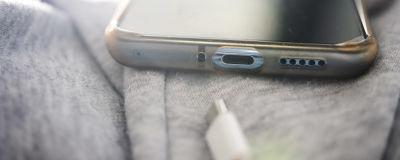 USB C -liitäntä OnePlus-älypuhelimessa.