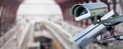 Övervakningskamera i en tågstation.
