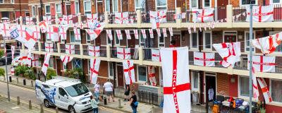 Engelska balkonger dekorerade med flaggor.