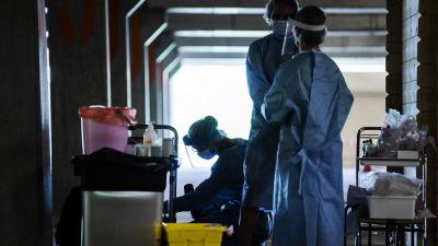 Hoitajat työskentelivät Messukeskuksen drive-in-koronatestauspisteellä 2. heinäkuuta.