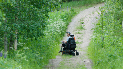 Suonenjokelainen Miika Snellman pyörätuolillaan hiekkatiellä.