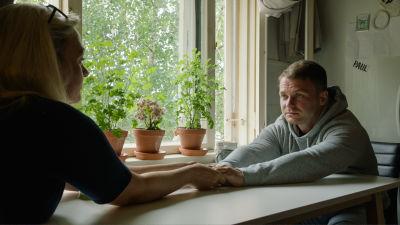Maria ja Mirco Wright istuvat pöydän ääressä ja pitävät toisiaan kädestä kiinni.  suhde on tasapainoisempi kuin ennen.