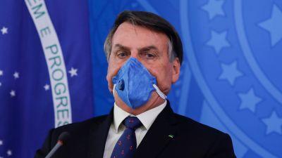 Jair Bolsonaro hade på sig en ansiktsmask åtminstone under en del av sin presskonferens i presidentpalatset den 20 mars.